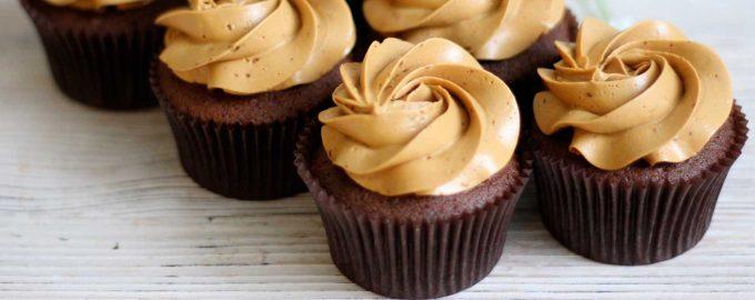 Шоколадные капкейки с кремом «варёная сгущёнка»