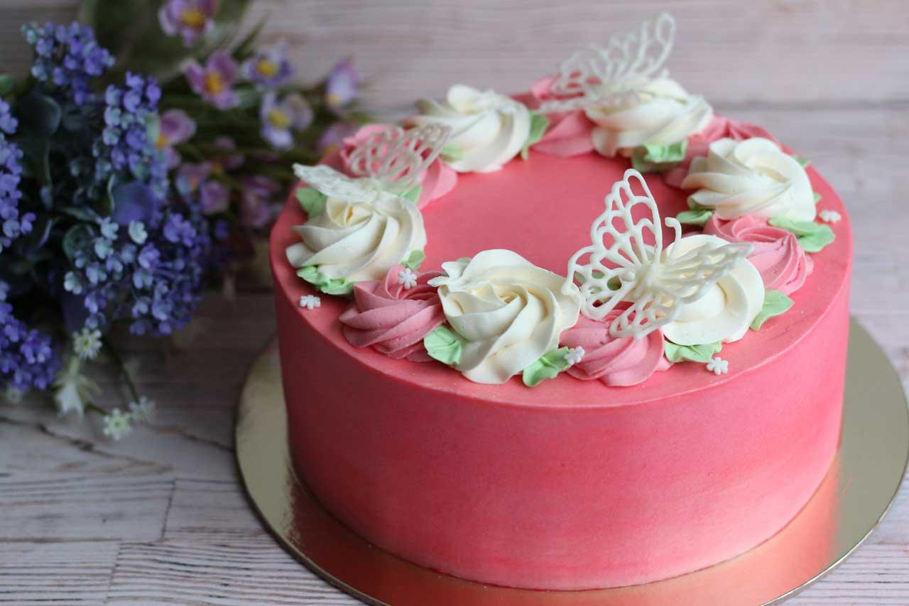 Торт с бабочками из шоколада
