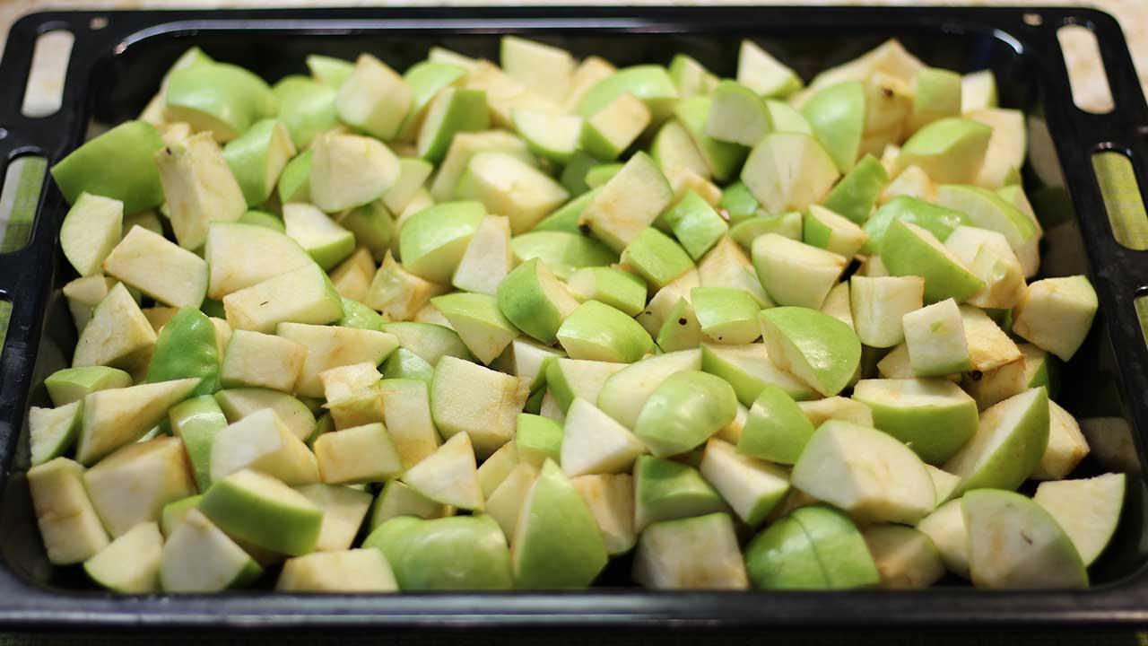 Разложенные яблоки на протвень