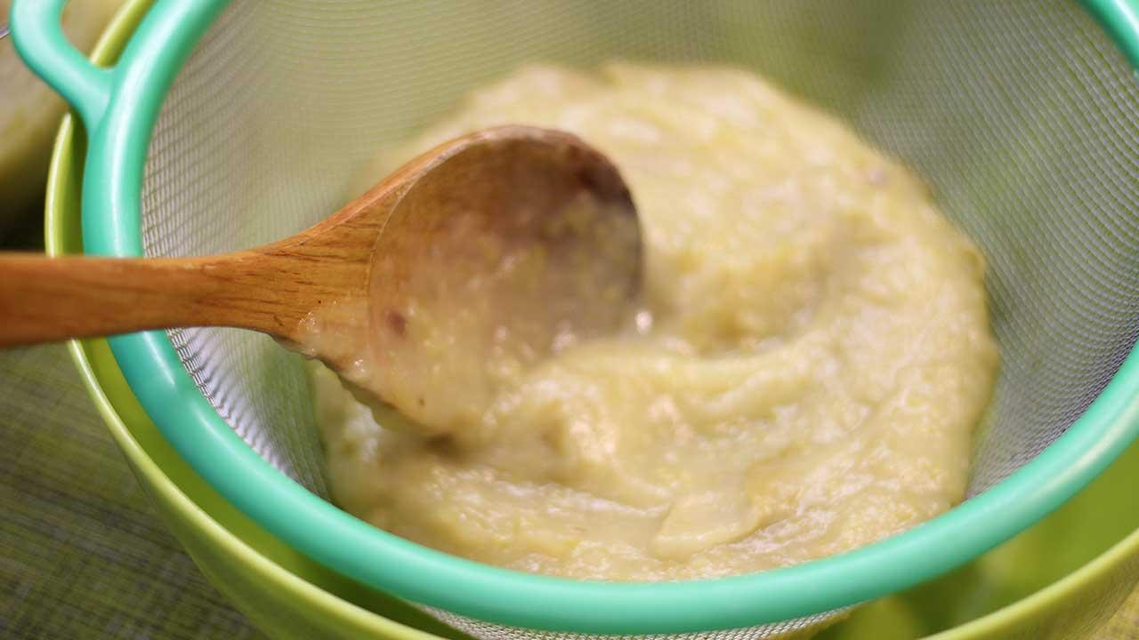 Пропускаем яблочное пюре для зефира через сито