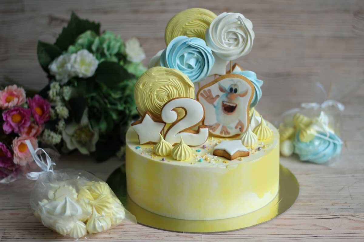 Торт украшен безе на альбуфиксе
