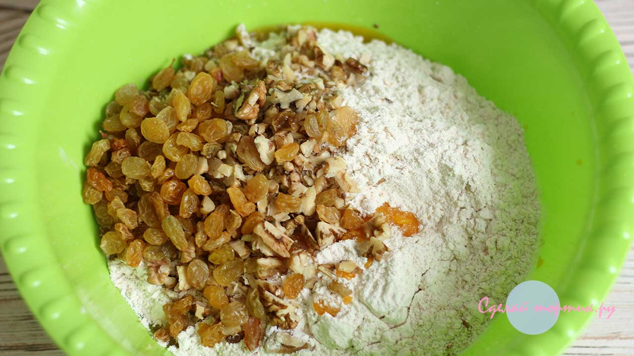 Добавляем муку, изюм и орехи и замешиваем тесто для постного тыквенного печенья
