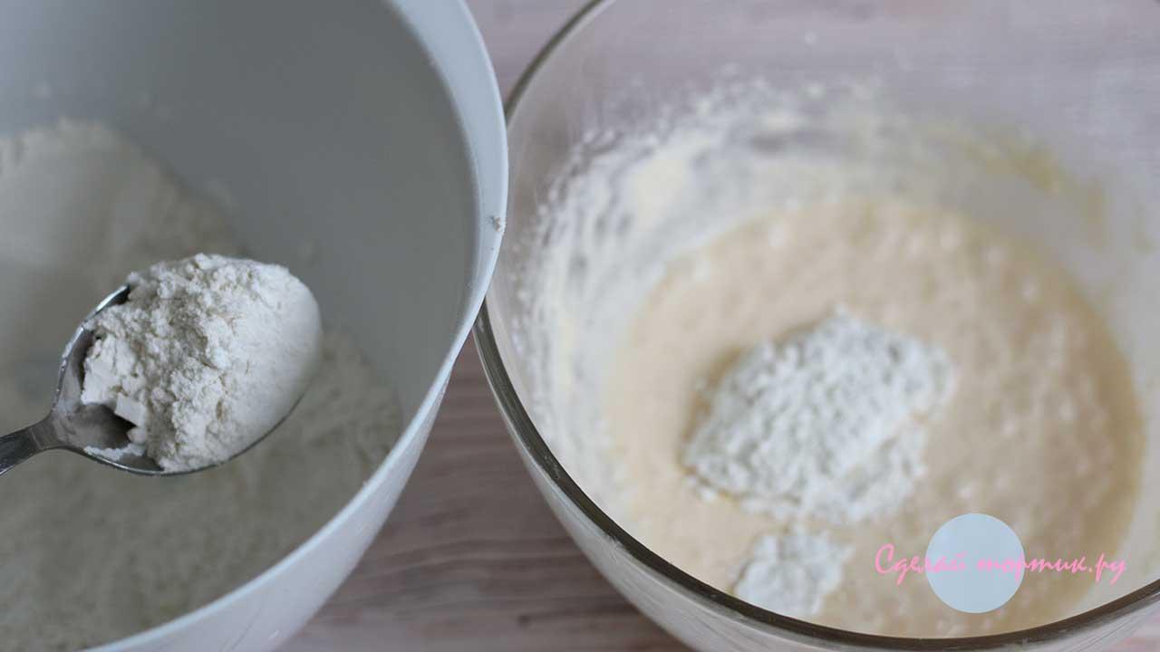 смешанные сухие ингредиенты добавляем во взбитую смесь