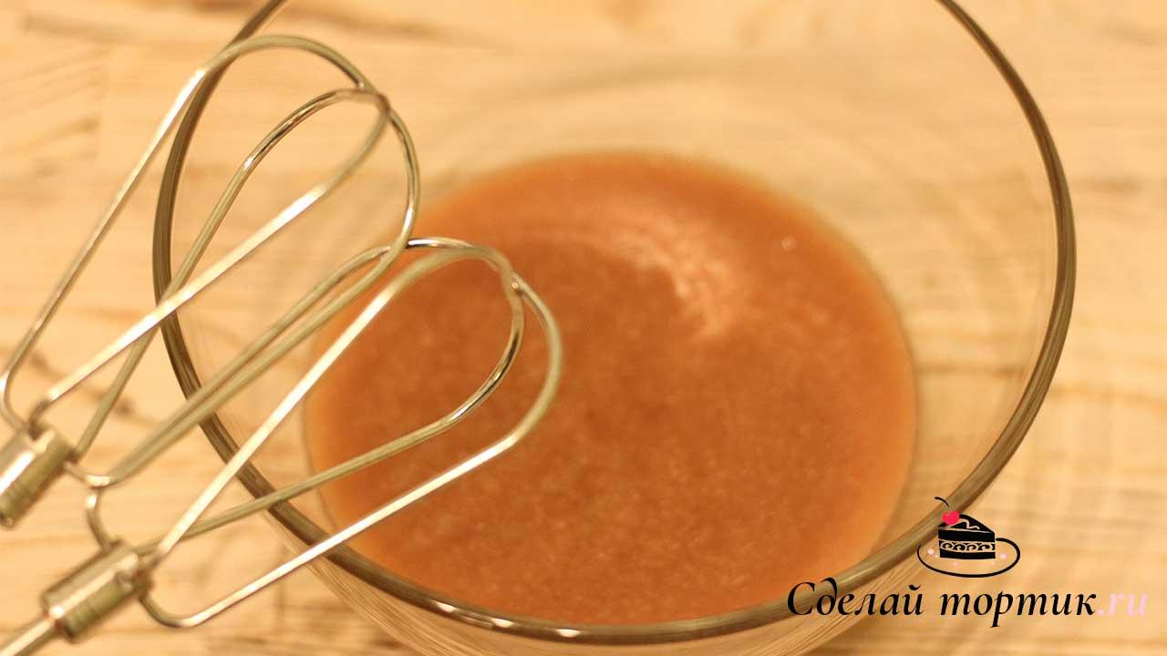 Остужаем массу для крема и взбиваем