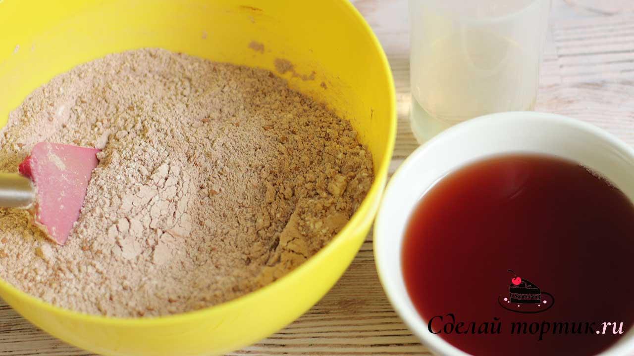 Смешиваем сок с растительным маслом и добавляем в сухую смесь