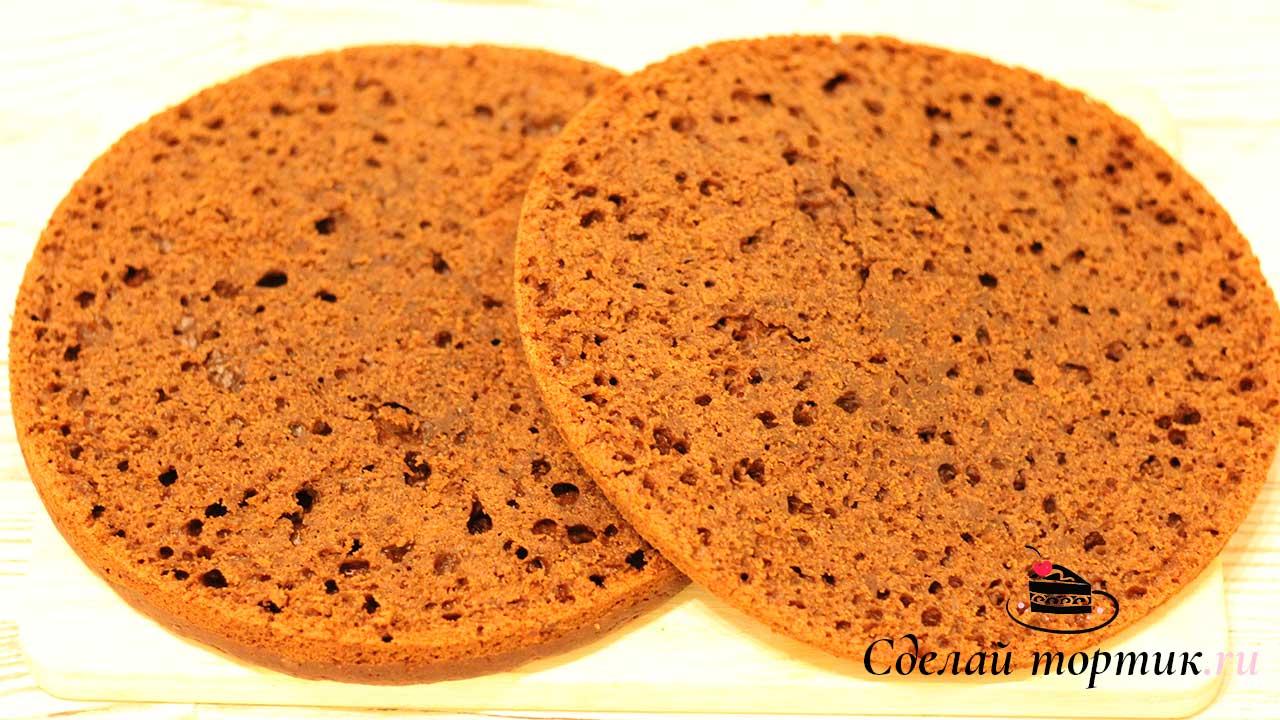 Разрезаем бисквит на две части