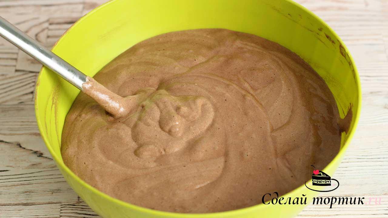 Когда тесто готово, разогреваем духовой шкаф до 160 градусов, бисквитное тесто выкладываем в 2 формы диаметром 20 см, застеленные пергаментом. Время выпекания 25-30 минут.