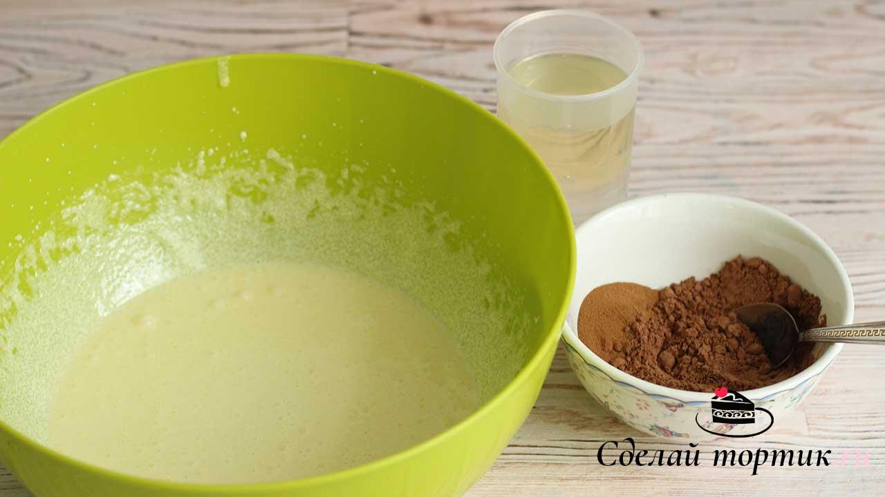 Затем смешиваем воду, растительное масло, кофе, какао и добавляем к взбитым желткам, взбиваем миксером на средней скорости.