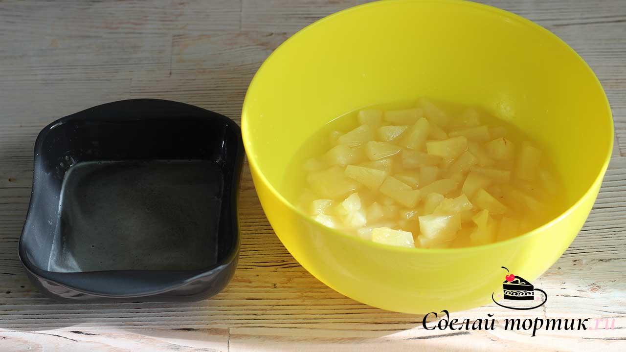Растопленный желатин добавляем к ананасам, перешиваем.