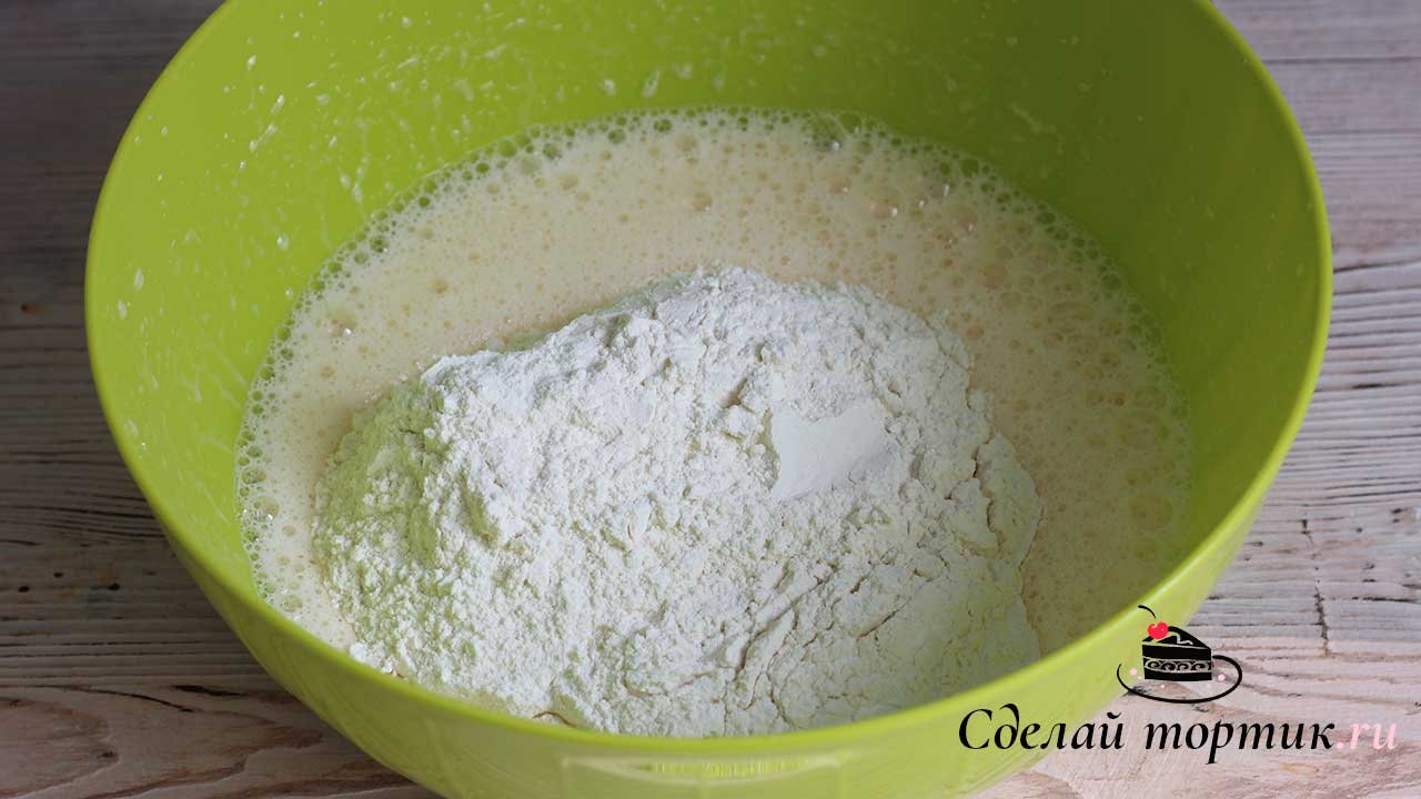 Вводим все сухие ингредиенты - просеянную муку, разрыхлитель и ванилин. Перемешиваем до однородности.