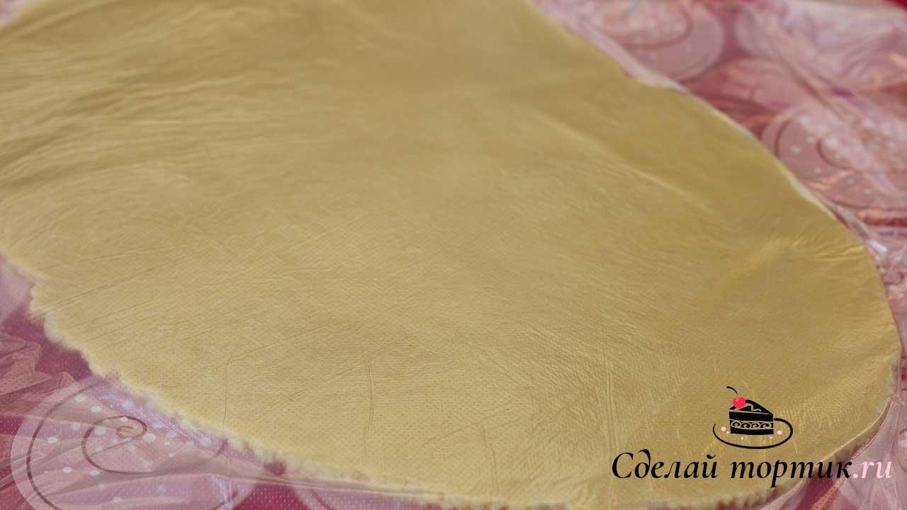 Раскатываем тесто сразу на коврике или пергаменте в пласт толщиной 0,5-0,8 мм.