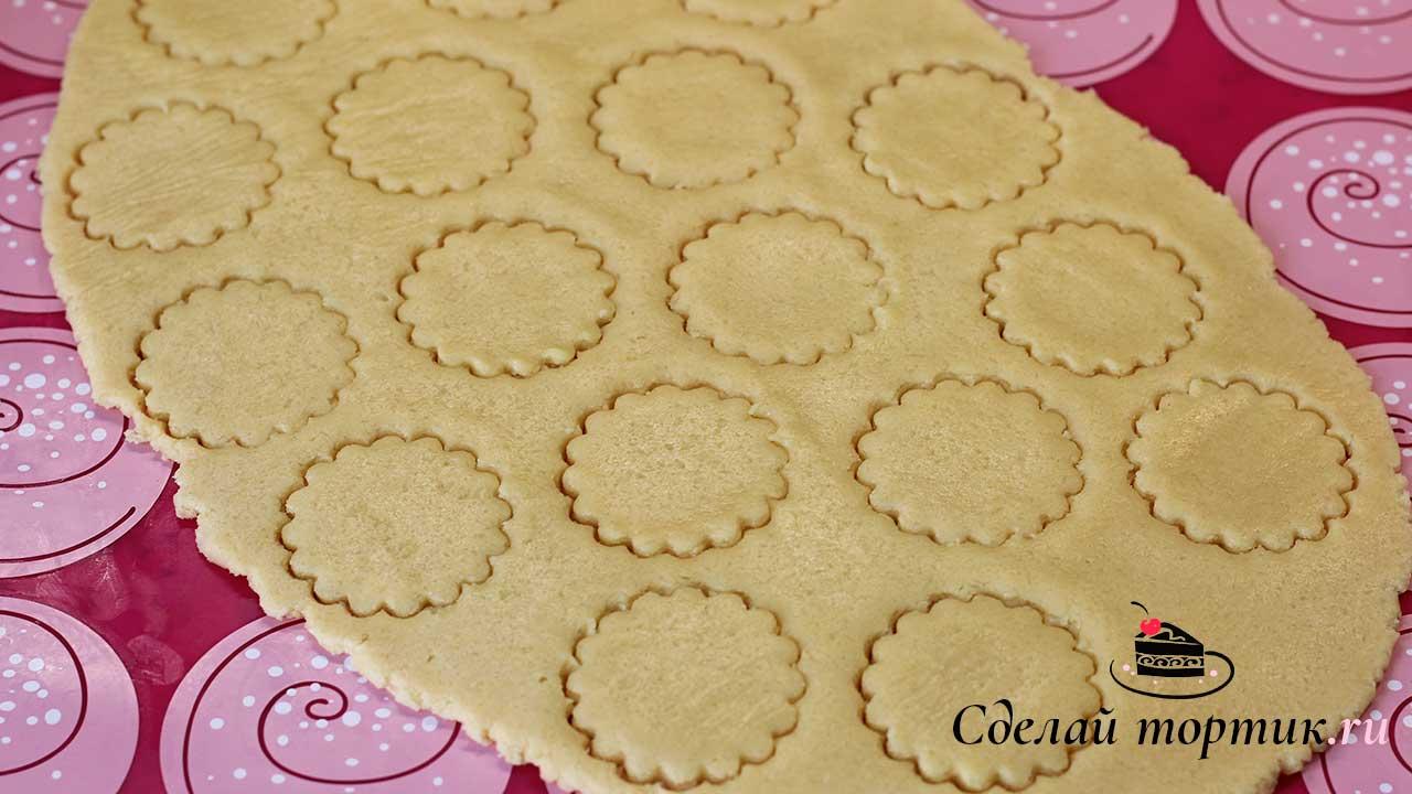 Вырезаем печенье на яичных желтках формочками