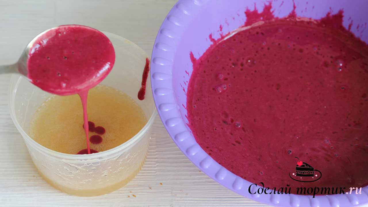 Соединяем желатин с ягодной массой и перемешиваем миксером до однородности.