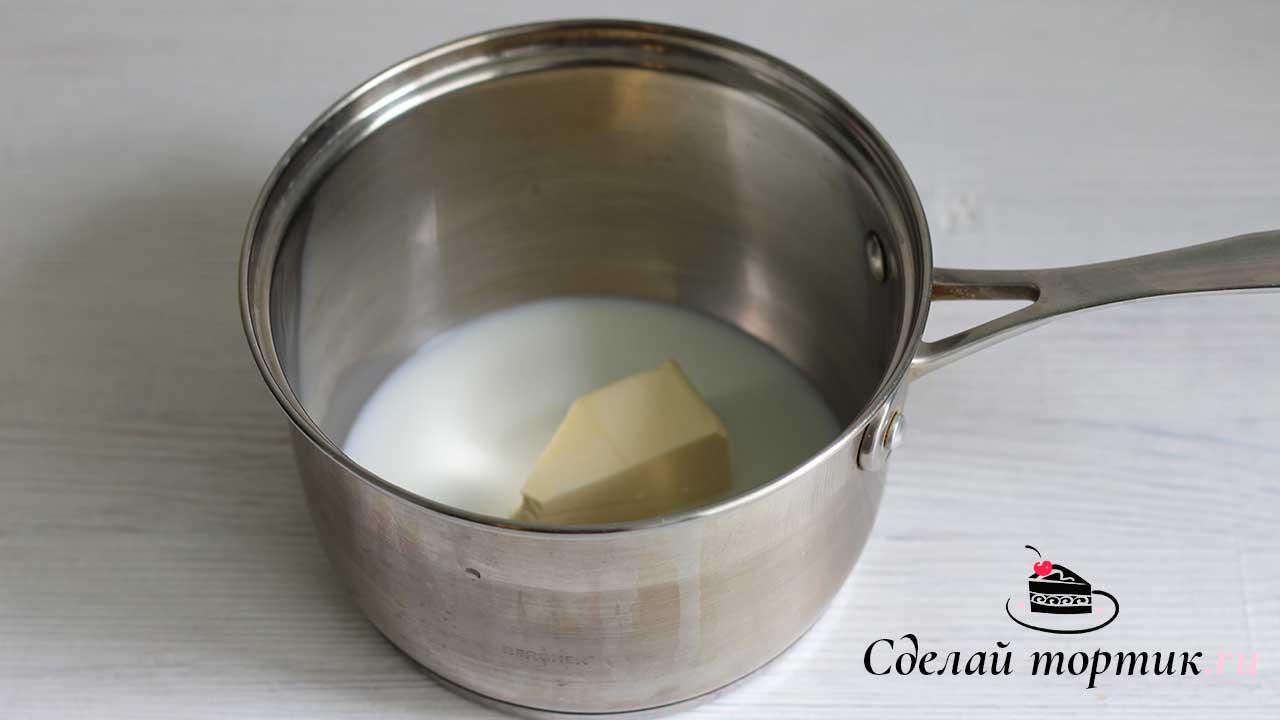 В сотейнике смешиваем молоко и сливочное масло, доводим до кипения чтобы сливочное масло полностью растопилось.