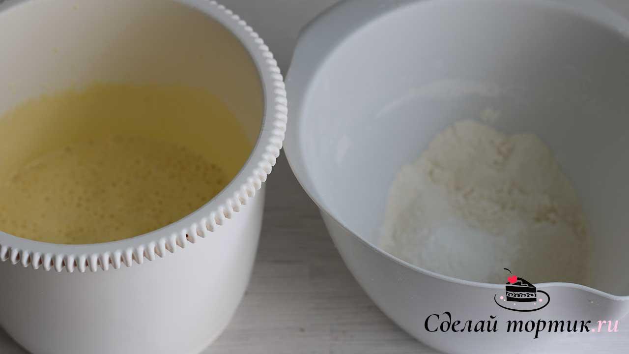 В яичную смесь добавляем муку в 2 приема, аккуратно перемешивая лопаткой.