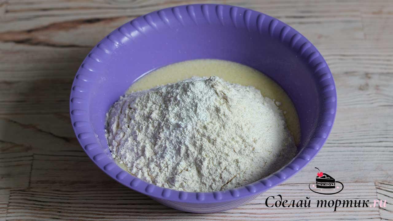Далее добавляем просеянную муку с разрыхлителем. Замешиваем мягкое, эластичное тесто.
