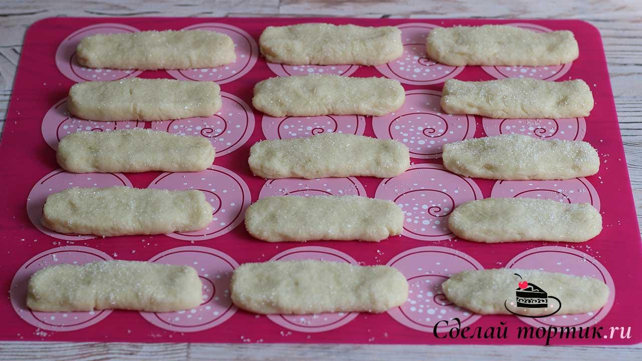 """Заготовки печенья """"Быстрое"""" на кефире выкладываем на силиконовый коврик или пергамент."""