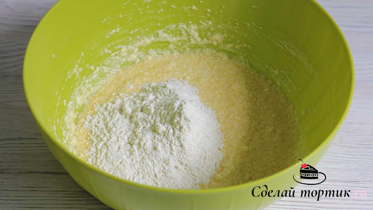 Добавляем просеянную муку частями и замешиваем мягкое, эластичное тесто.