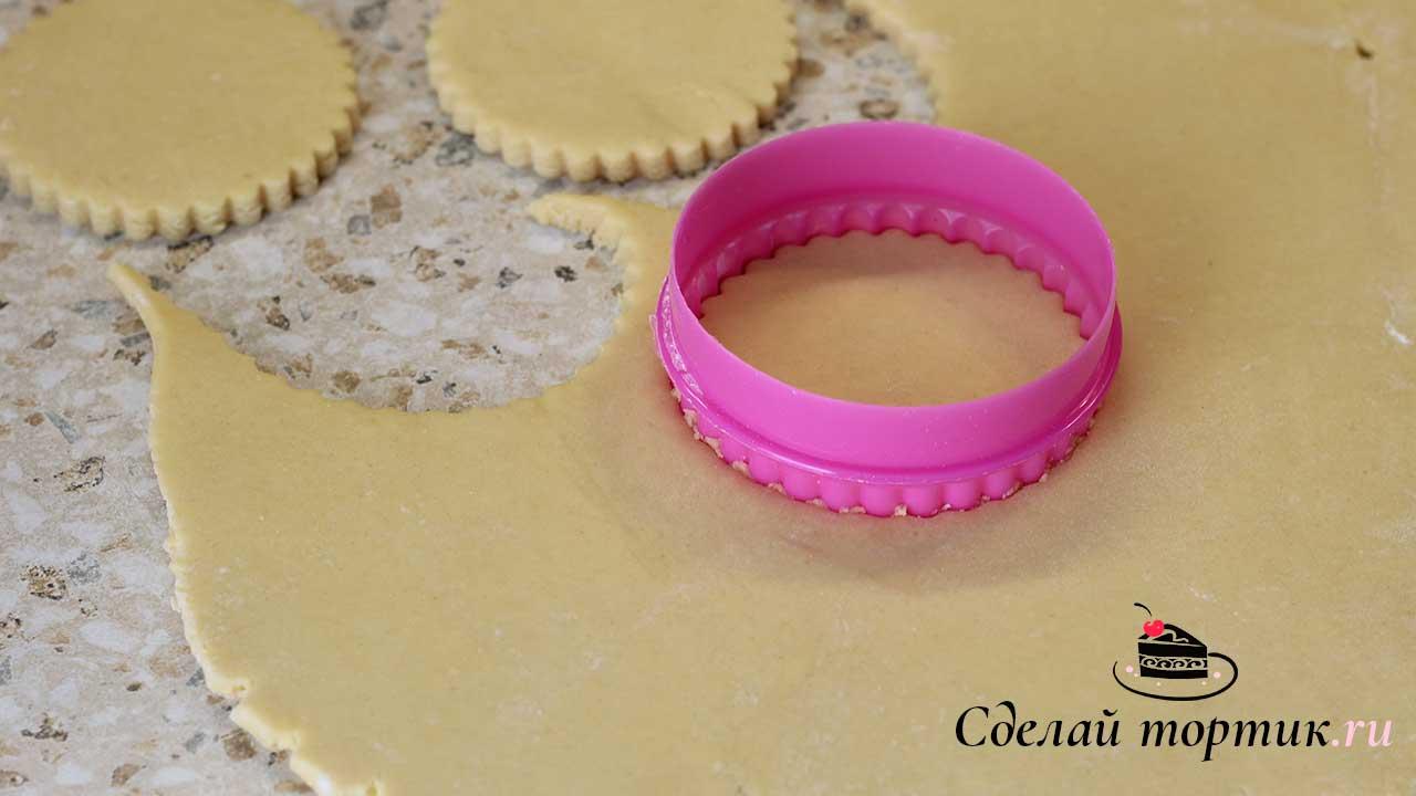 Раскатываем в пласт толщиной 6 - 7 мм, вырезаем формочками, у меня диаметр кольца 9 см.