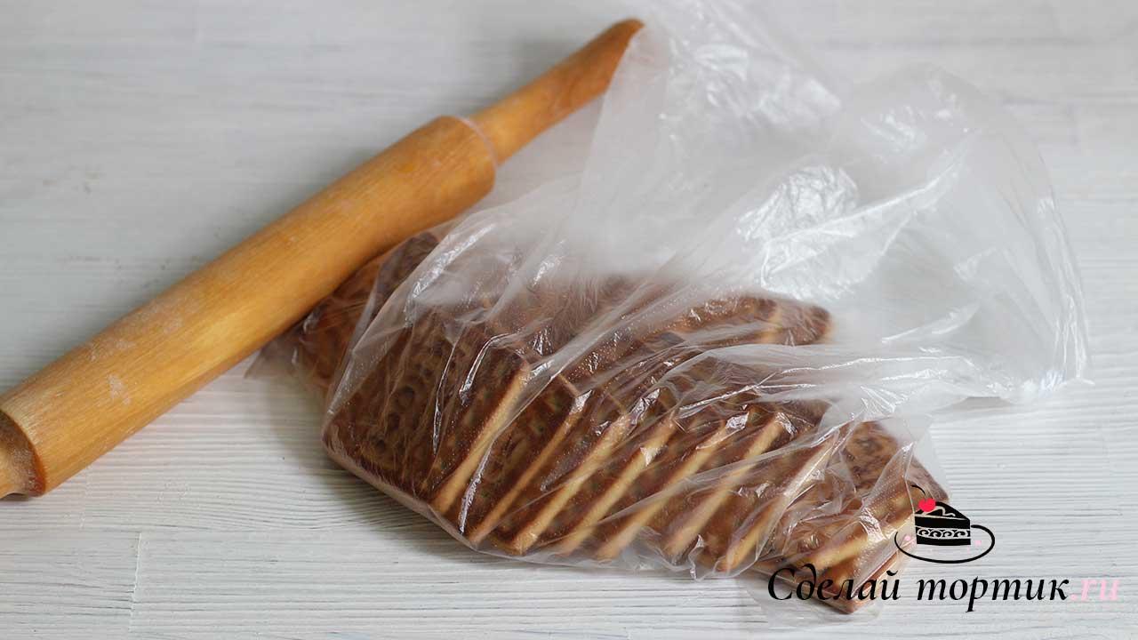 Печенье кладем в пакет, заворачиваем и прокатываем скалкой, измельчаем до состояния мелкой крошки.