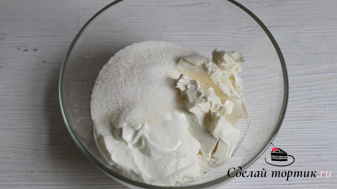 В чаше смешиваем творожный сыр, творог, сахар, ванильный сахар, перемешиваем лопаткой.