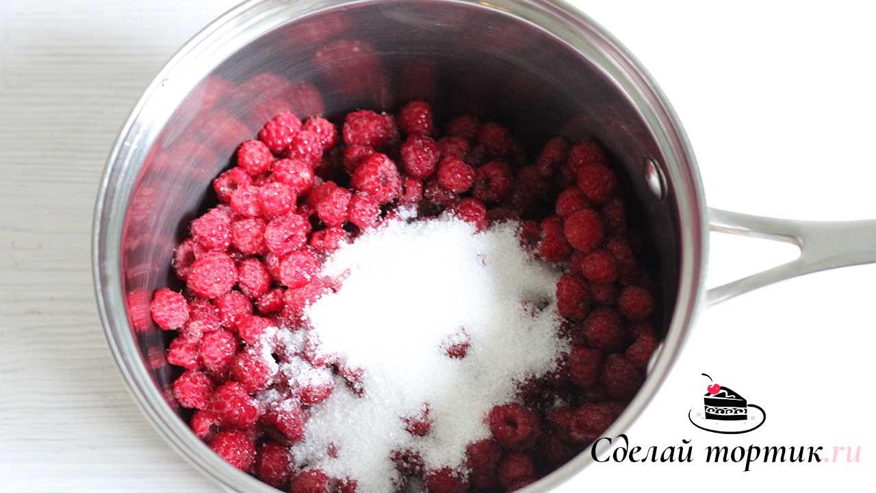 В сотейнике смешиваем ягоды и сахар, ставим на средний огонь, варим 5 минут после закипания.