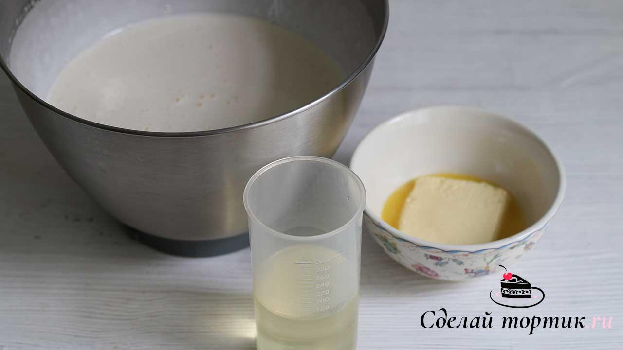 Добавляем растопленное сливочное масло и растительное масло.