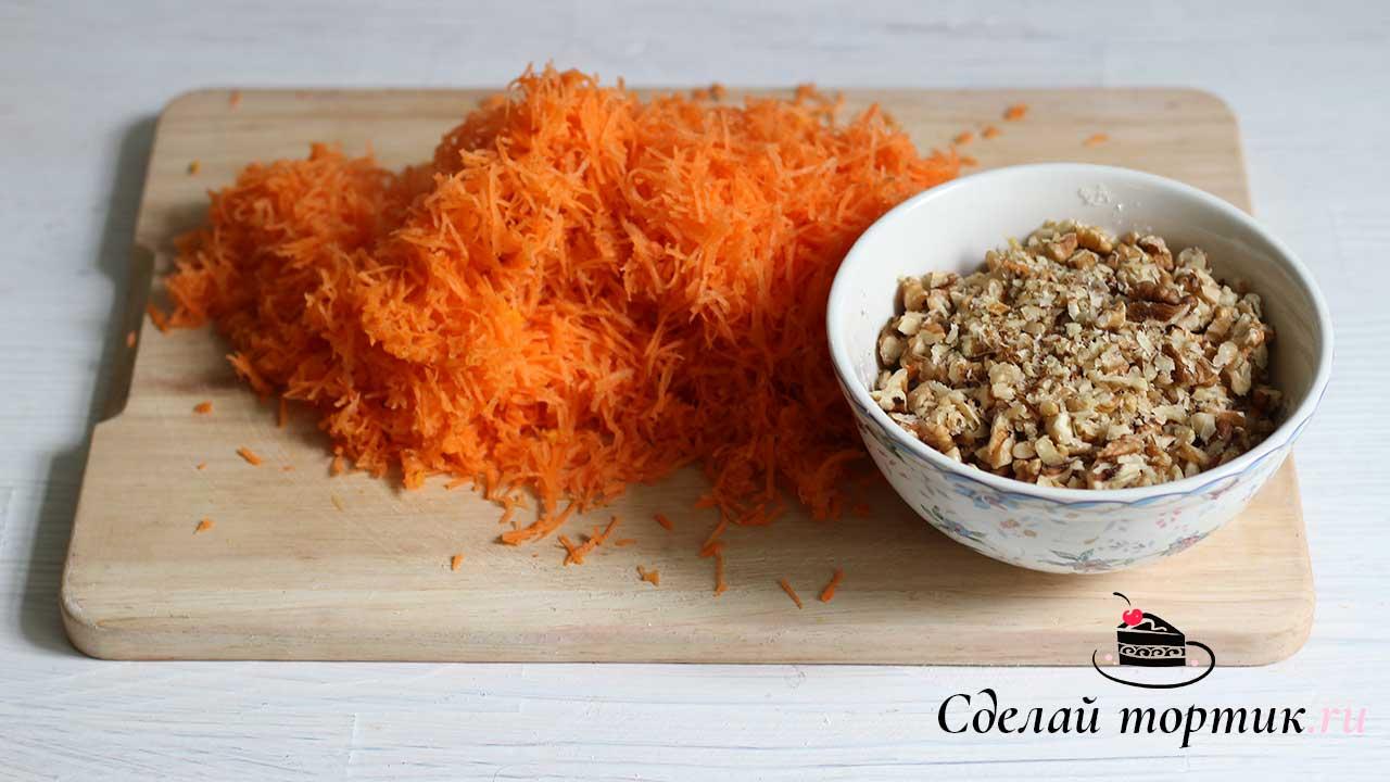 Морковь натираем на мелкой терке, орехи рубим ножом. Орехи можно использовать любые по вашему вкусу. Так же нам понадобится цедра 1 апельсина.