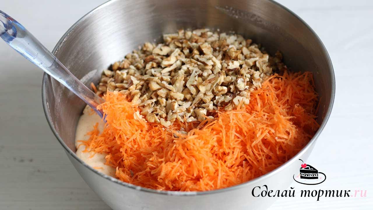 Добавляем морковь, цедру апельсина, орехи к тесту и перемешиваем лопаткой.