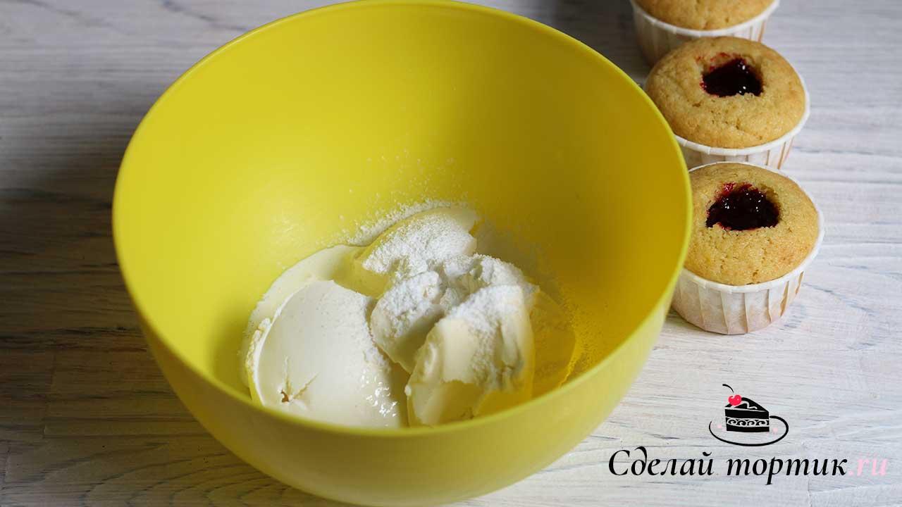 В чаше соединяемохлажденныйтворожный сыр, сахарную пудру иохлажденныесливки, взбиваем на высокой скорости, около 5 минут.