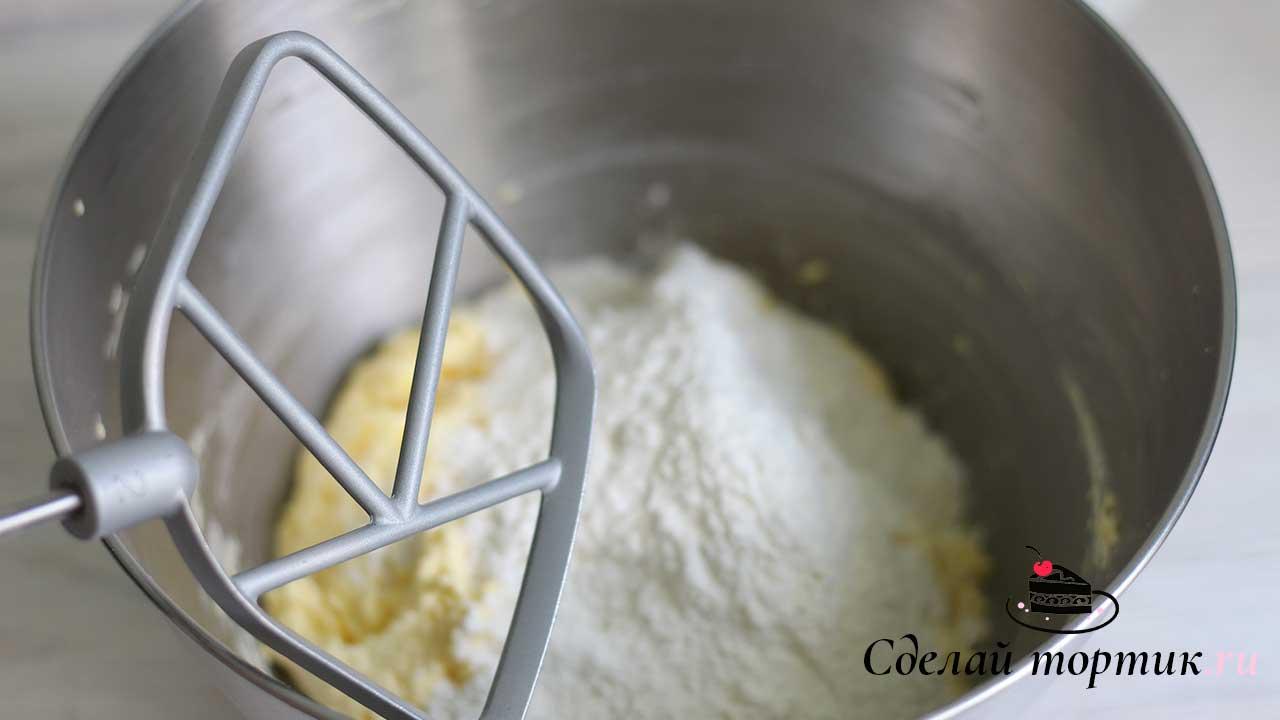 Просеиваем муку, хорошо перемешиваем с содой и добавляем к масляной массе, замешиваем тесто.