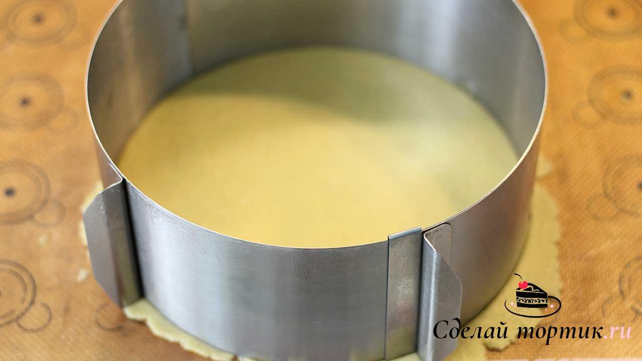 Тесто делим на кусочки весом 130 грамм, раскатываем каждый кусочек в пласт толщиной 0,3 - 0,4 мм.