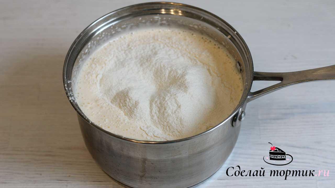 К взбитым яйцам добавляем сливочное масло, мед, 100 грамм муки и соду (предварительно погасить лимонным соком), хорошо перемешиваем и отправляем на водяную баню.