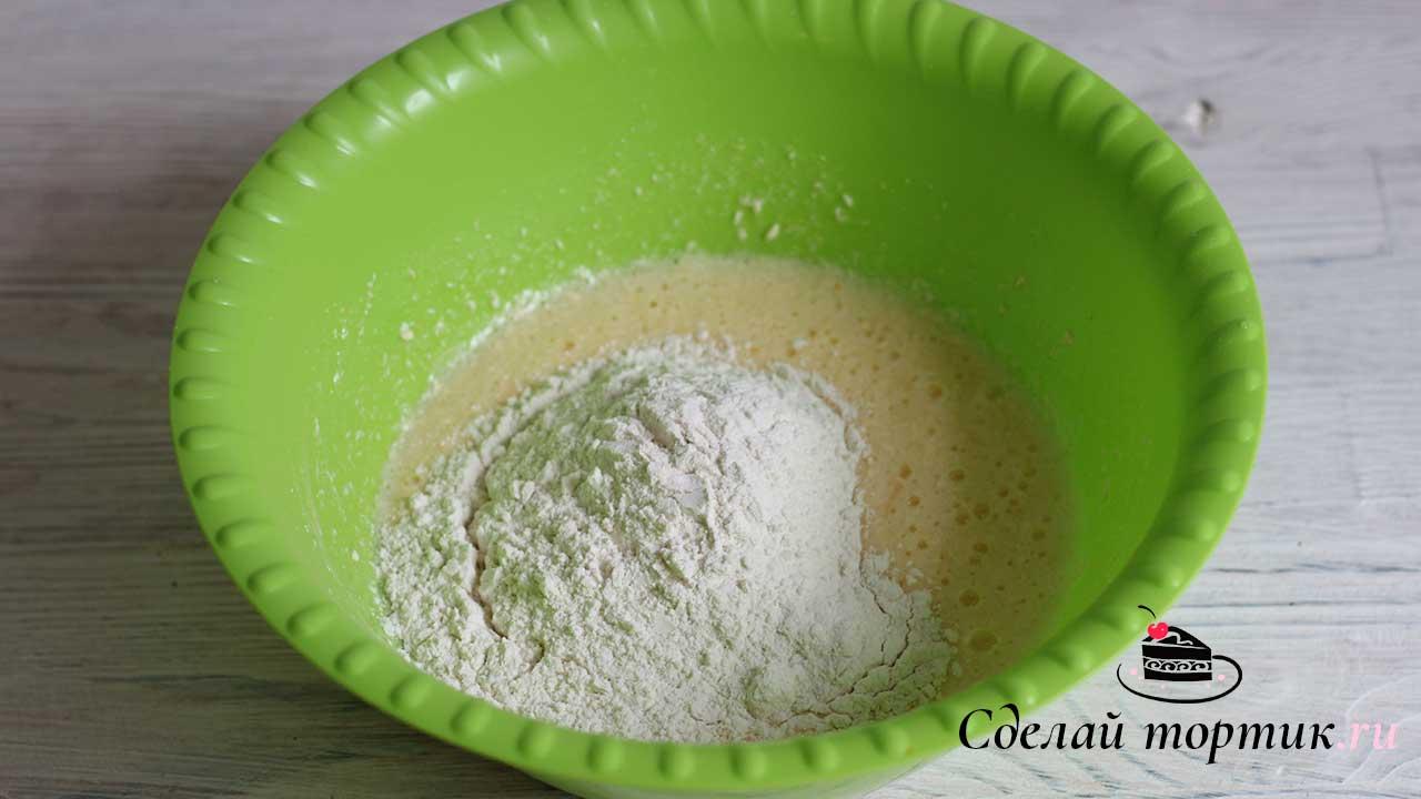 Частями добавляем просеянную муку с разрыхлителем и замешиваем тесто.
