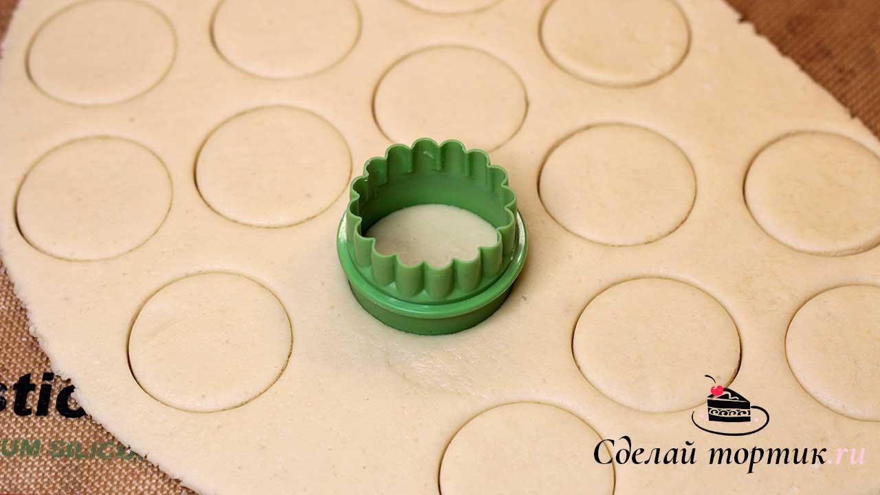 После того как тесто охладилось, раскатываем в пласт толщиной 0,7 мм, вырезаем кружки.