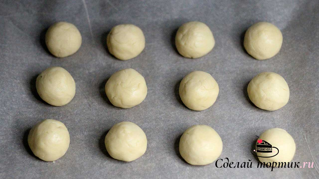 Далее тесто делим на части по 40 грамм, формируем шарики и выкладываем на противень застеленный пергаментом.
