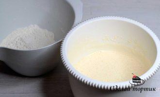 Муку просеиваем, соединяем с разрыхлителем и содой, добавляем к тесту и хорошо перемешиваем до однородности.