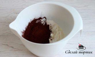В чашу просеиваем муку, добавляем какао и разрыхлитель, все хорошо перемешиваем.