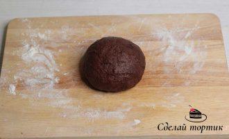 В четвертинку шоколадного теста добавляем 2 столовые ложки какао порошка и 1 - 2 столовые ложки молока.