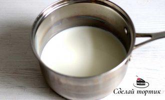 В сотейник наливаем молоко, ставим на огонь и нагреваем до кипения.