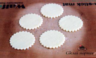 Раскатываем пласт толщиной примерно 0,4-0,5 мм, вырезаем печенье формочкой.