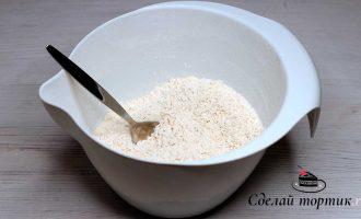 В чаше хорошо перемешиваем просеянную муку, кокосовую стружку, разрыхлитель, соль, соду, корицу и имбирь.