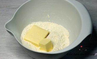 Муку просеиваем, добавляем в неё разрыхлитель, сахар, соль и хорошо перемешиваем. Затем добавляем охлаждённое сливочное масло и перетираем его с мукой в крошку.