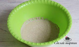 В чаше соединяем теплое молоко, дрожжи и сахар (1 чайную ложку берем из общего количества) перемешиваем.