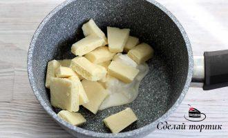 Смешиваем сливки и белый шоколад в сотейнике или чаше.