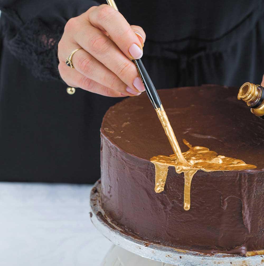 Надпись на торте с помощью кисти для рисования