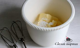 В чаше смешиваем мягкое сливочное масло и ваниль.