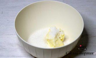 В чаше смешиваем 100 грамм мягкого сливочного масла и сахар.