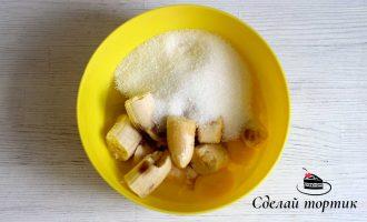В отдельной посуде соединяем бананы, сахар, яйца, растительное масло и соль.